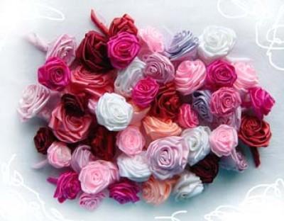 Как сделать бутон розы из ленты.  Поделки к 8 Марта.  Просмотров: 502